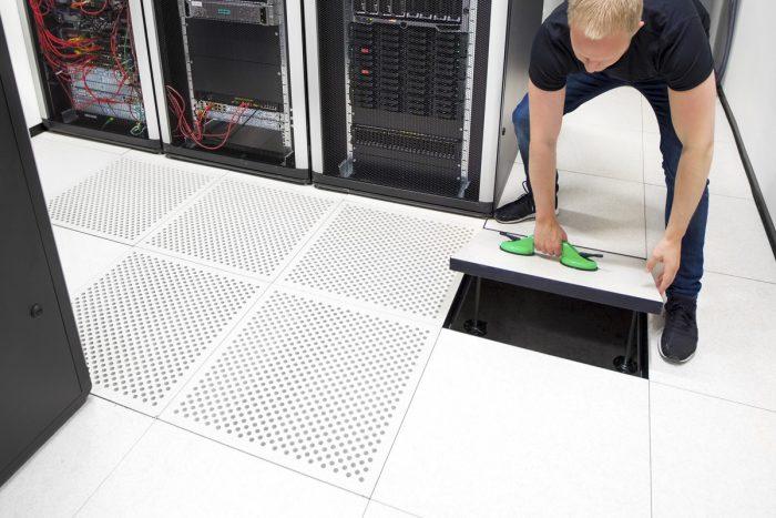 Maschinenraum des Internets ++ Bodenfliese im Rechenzentrum